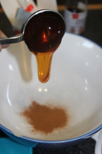 Combine golden syrup and cinnamon in a bowl.