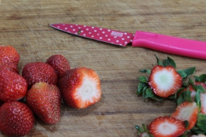 Roughly slice 1 punet of fresh strawberries.